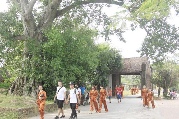 Cổng làng Mông Phụ - du lịch làng cổ đường lâm